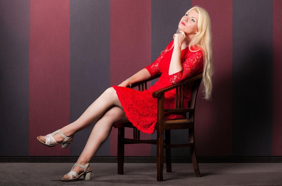 女性-赤-椅子-座っている