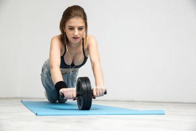 女性にもおすすめ腹筋ローラー!効果と初心者向け正しいやり方を徹底解説!