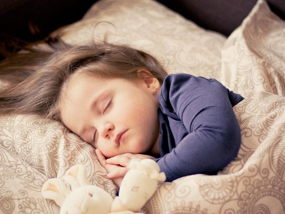 女の子 睡眠 ぬいぐるみ