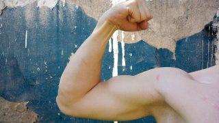 力こぶは腕立て伏せでは鍛えられない?!効果的な上腕二頭筋の鍛え方を解説!