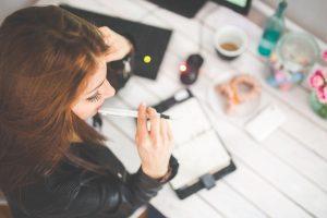 デスクワーク 女性 若い ペン