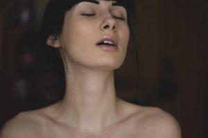 首筋が美しい目を閉じた女性