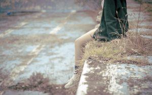 寂しい 女の子 足