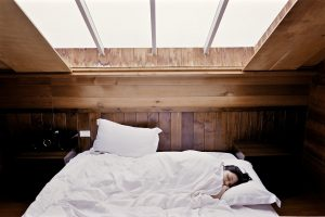 女性 睡眠 ベッド 朝