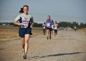 マラソン 女性 選手 笑顔