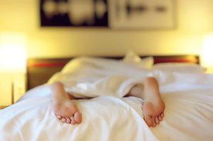 足 女性 ベッド うつ伏せ