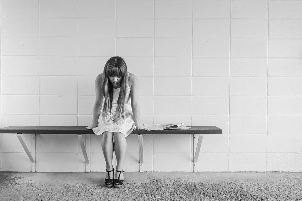 女の子 寂しい 悲しい 白黒 悩み