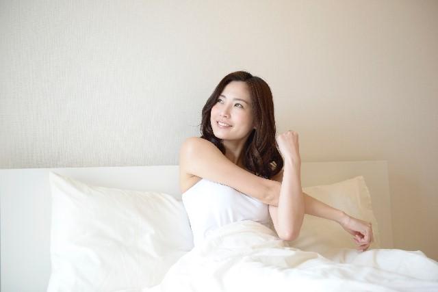 寝起きにストレッチをしている女性