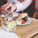 食事中の水分は健康やダイエットに良くないって本当?適切な量・飲むタイミングを解説