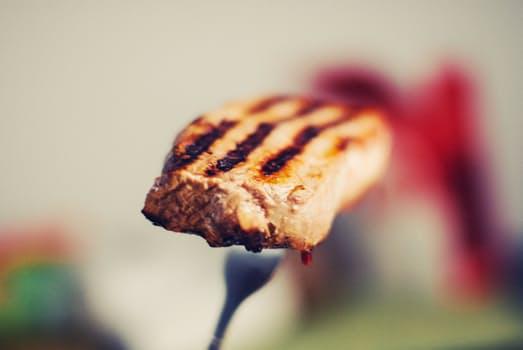 フォークに刺さった肉