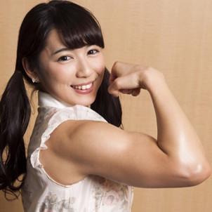 腕の筋肉を見せながら微笑む才木玲佳