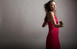 赤いドレスを纏った女性