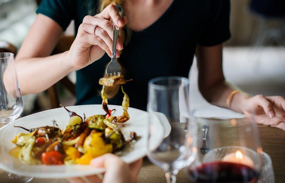 ディナーを食べる女性の手元