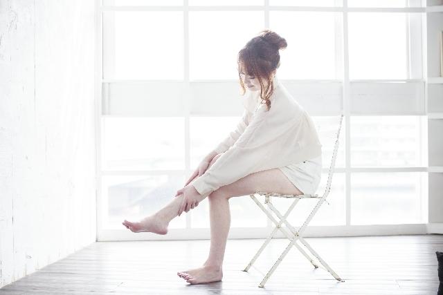 足のマッサージをしている女性