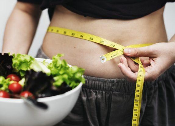 お腹の脂肪を減らしたい女性